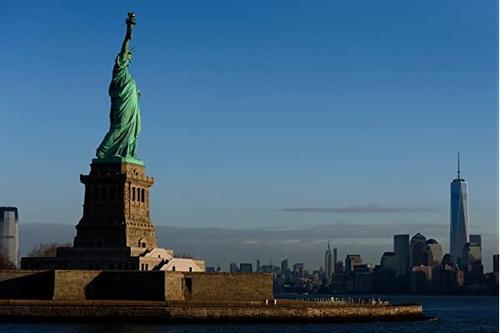 自由雕像与城市中的城市曼哈顿纽约市纽约州美国纽约州 海报